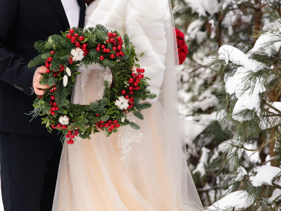 holiday wedding pros and cons